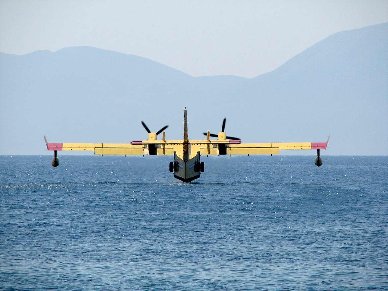 Un avion de lutte contre les incendies croate revient de sa mission en Turquie