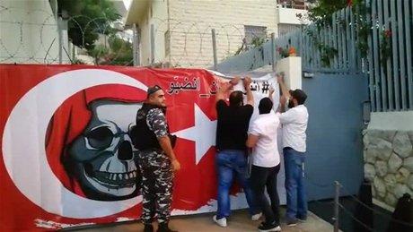 [Liban] Des activistes placent une bannière anti-Turque sur le portail de l'ambassade de Turquie