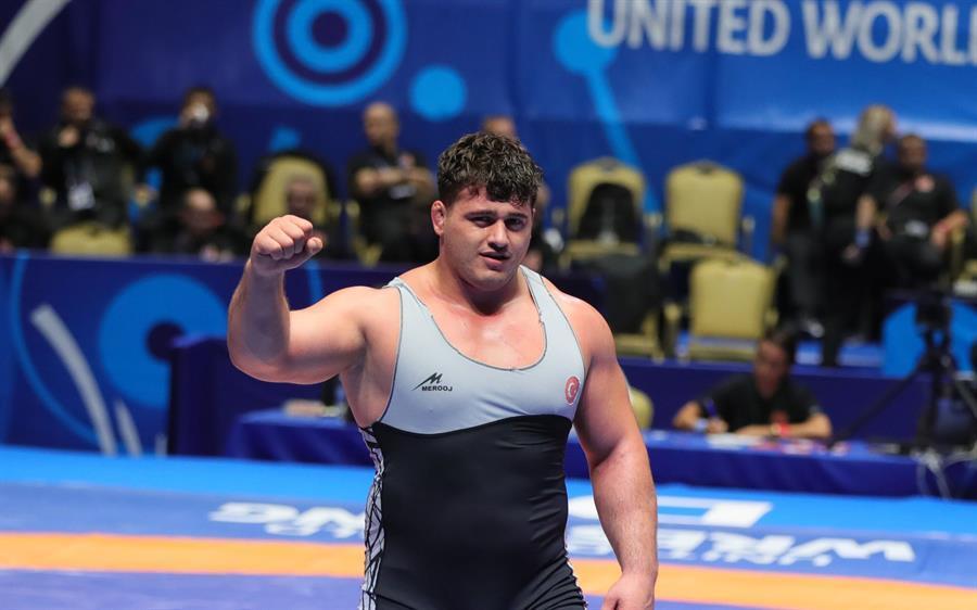 L'athlète Kayaalp remporte l'or aux Championnats du monde de lutte