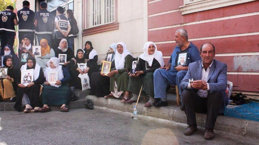 Turquie : Les mères continuent de s'asseoir contre le PKK, exigent le retour des enfants enlevés