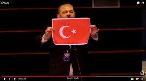 Cavusoglu réagit à l'acte de provocation de l'eurodéputé raciste grec qui a déchiré le drapeau turc