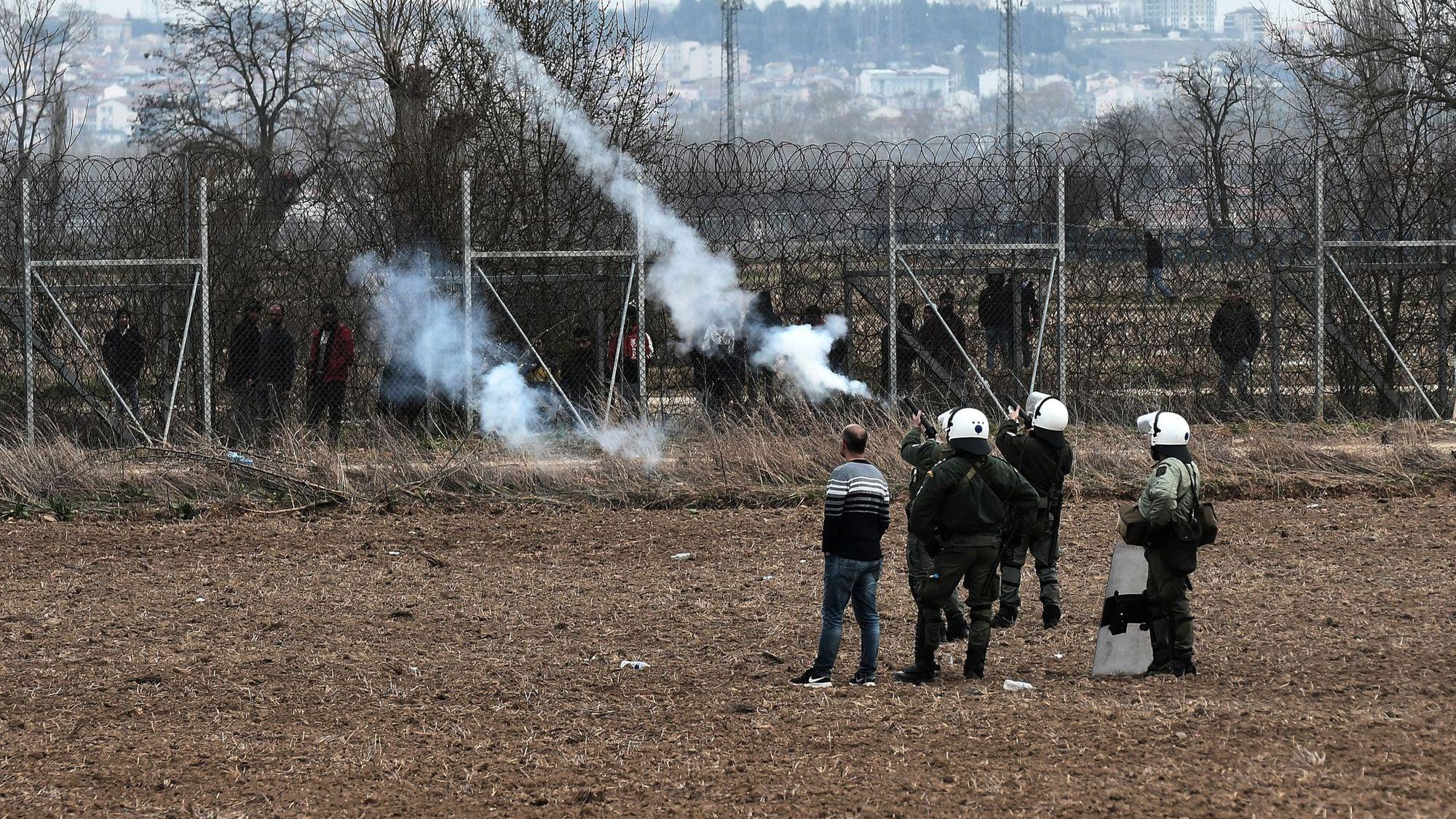 """Grèce : des projectiles """"potentiellement mortels"""" utilisés à la frontière ?"""