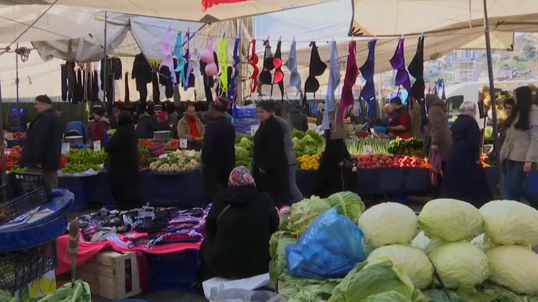 Crise économique et Covid en Turquie, l'Aïd au rythme des baignades dans le Bosphore
