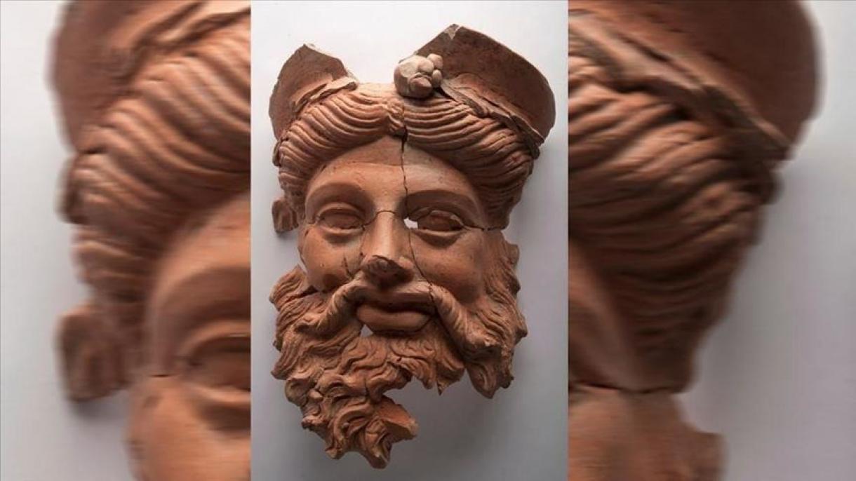 Dionysos, le masque grec ancien en terre cuite découvert en Turquie