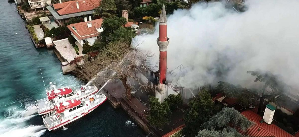 Incendie dans la mosquée historique du front de mer sur le Bosphore