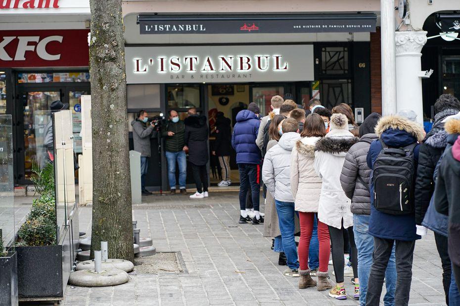 Covid-19 : à Reims, plus de 200 étudiants viennent récupérer des kebabs gratuits